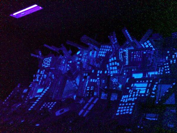 Byen med ultraviolet belysning