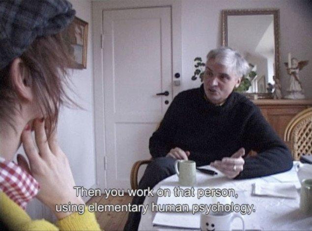 Filmstill fra Baggrund, videoværk. Rosa Marie Frang i samtale med coach.