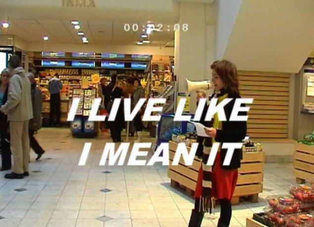 Video-still fra værket I am the slogan i Illum i København, 2007.