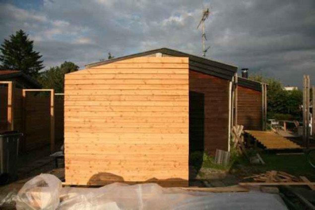 Anja Franke bygger en ny væg til udstillingen, der skal bruges som informationsted og indgang. Foto: Anja Franke