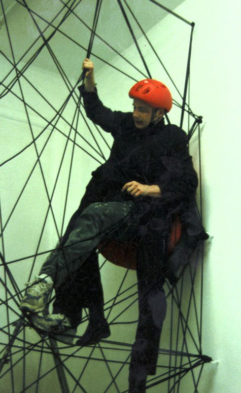 Videostill fra Little Peter Spiderman III, 30 min. performance, 1997.