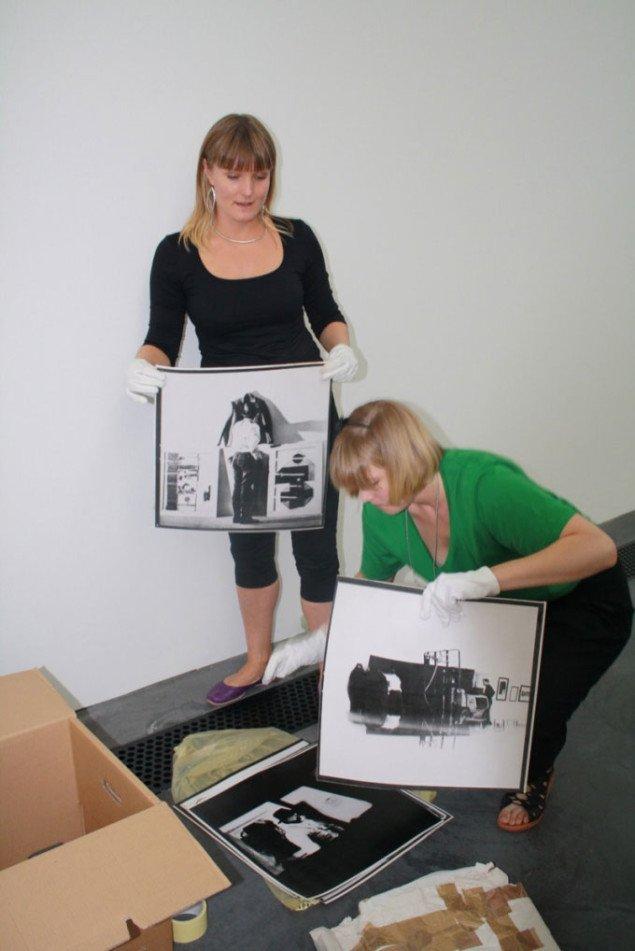 Her pakkes Joseph Beuys' Filzanzug fra 1970 ud. Foto Pernille Bøttcher