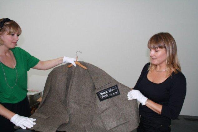 Museumsinspektør Stinna Toft og assistent Stine Kleis Hansen begynder udpakningen af de Beuysværker, som den tyske kunstsamler Klaus Tesching har indlånt i museets samling de næste 5 år. Foto Pernille Bøttcher