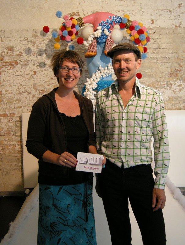 Den kunstneriske leder på Warehouse9, Jørgen Callesen og den tyske kurator Sabine Aichele-Elsner foran skulptur af Håkon Danielsen. Foto: Solveig Lindeskov Andersen.
