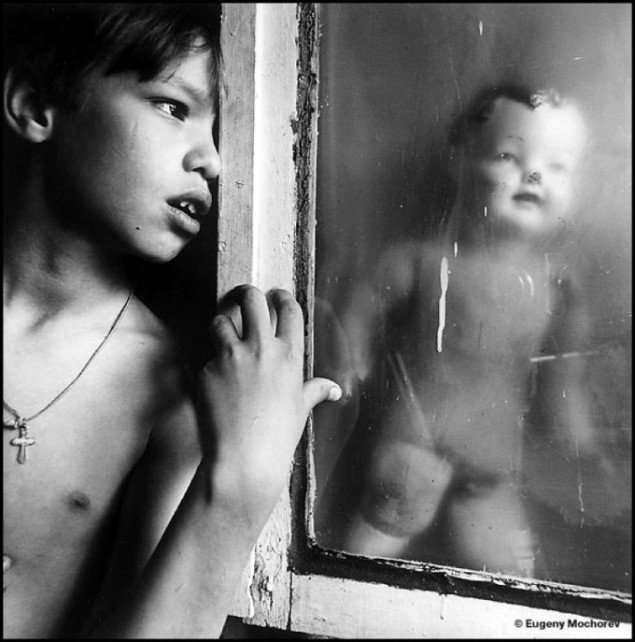 Evgeny Mokhorev: Oleg and the doll behind the window, 1996. Pressefoto Galerie Wolfsen