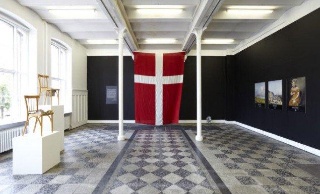 Forlokalet i Overgaden er præget af politiske løgne og forløjede verdensbilleder. (installationsview: Anders Sune Berg)