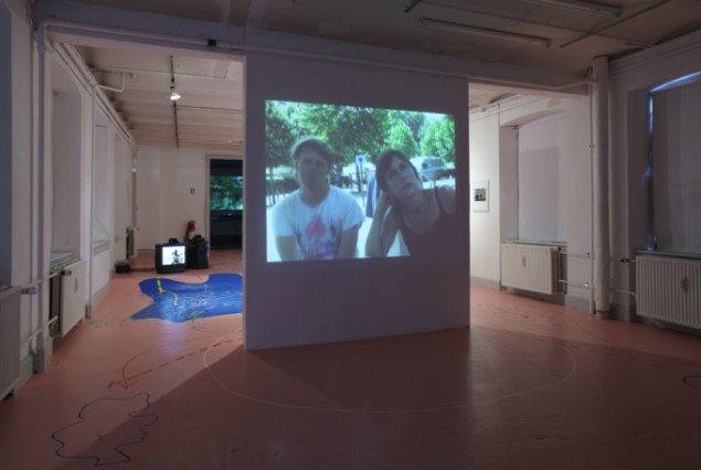 Lasse Lau og Lise Skou i dialog om projektets intentioner og problemer. Dialogen er her præget af kunstnernes ideer og forbehold, ikke de medvirkendes. (Foto: Anders Sune Berg)