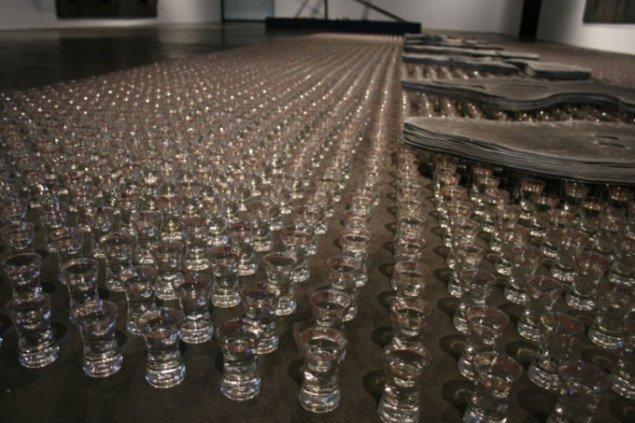 Detalje fra installationen Uden titel, 1988: glas med grappa. Foto Bente Jensen