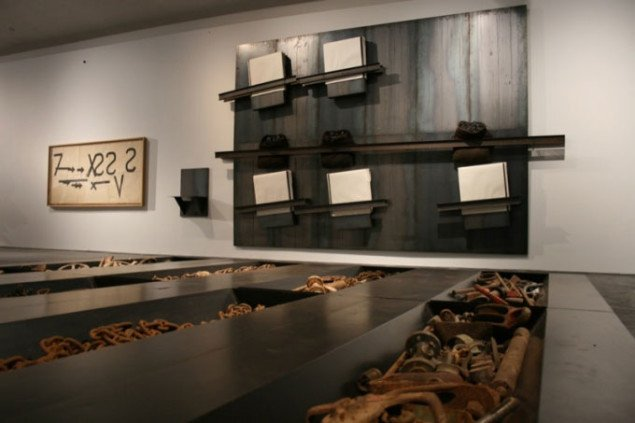 Udstillingsvue: Forrest på gulvet værket Uden titel, 1994 (400 x 400 x 30 cm), på væggen tre værker fra henholdsvis 1960, 2000 og 1988. Foto Bente Jensen