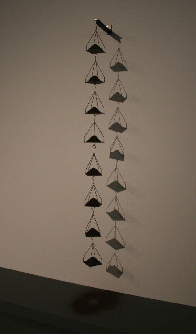 Jannis Kounellis, Uden titel, 1969 (220 x 30 x 10 cm), materialer: 8 jernvægte med malet kaffe. Foto Bente Jensen