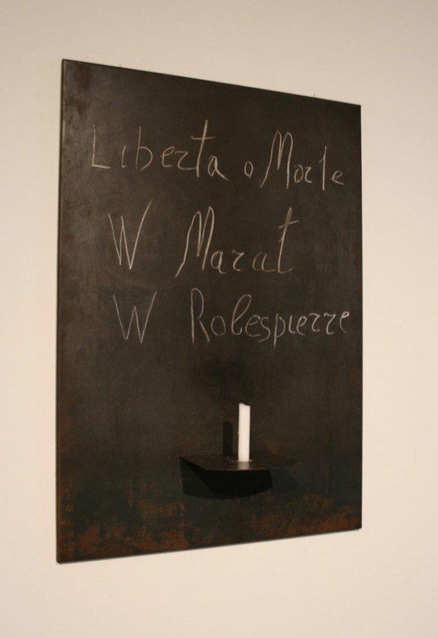 Jannis Kounellis, Uden titel, 1969 (100 x 70 cm), kridt-påskrift: La Liberta o Morte W Marat W Robespierre. Foto Bente Jensen