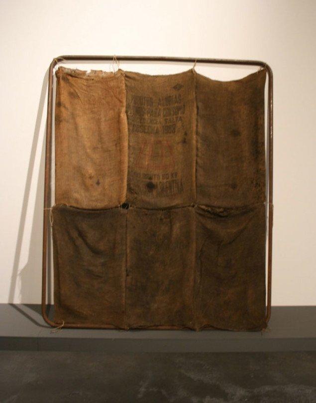 Jannis Kounellis, Uden titel, 1969 (190 x 160 cm), materialer: jernramme og kanvassække. Foto Bente Jensen