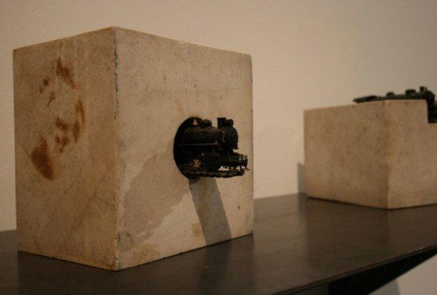 Jannis Kounellis, Uden titel, 1966 (20 x 15 x 15 cm) materialer: marmor og lille tog, værk i tre dele. Foto Bente Jensen