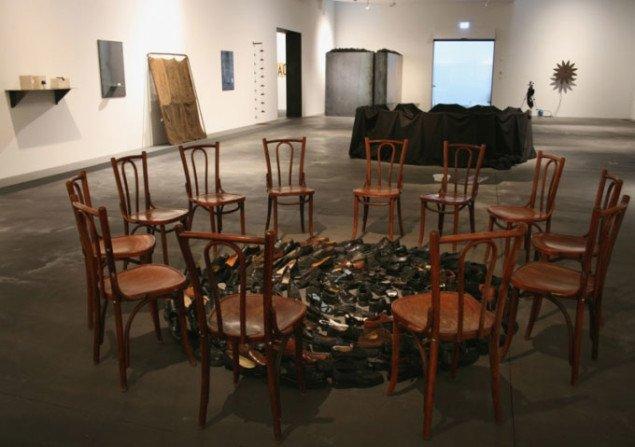 Udstillingsvue: Forrest installationen Uden titel, 2007. Foto Bente Jensen