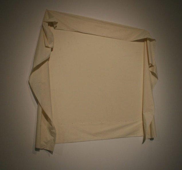 Jannis Kounellis, Uden titel, 1967 (200 x 200 cm), tekstil sømmet på væggen. Foto Bente Jensen