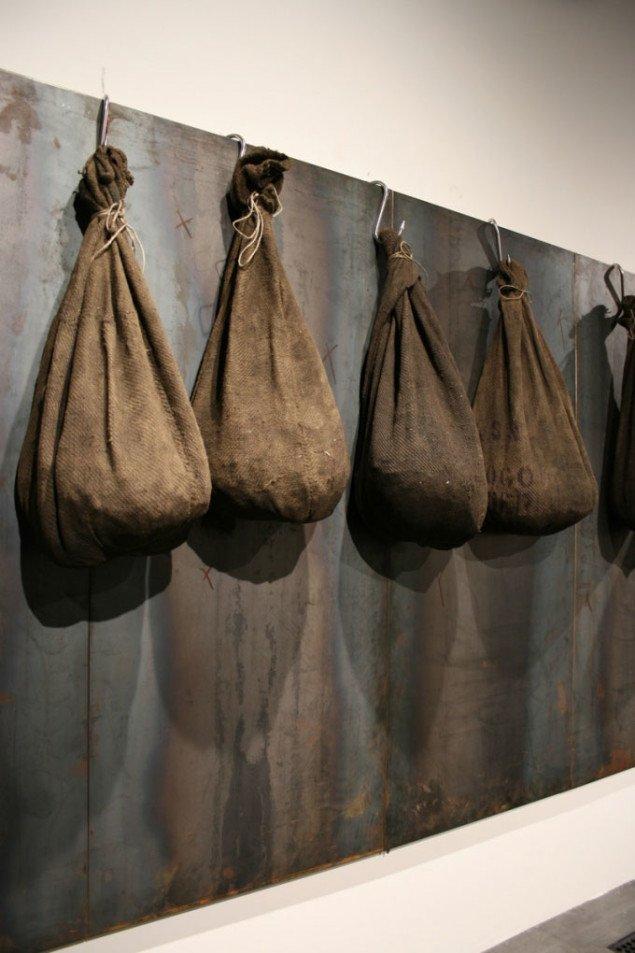 Detalje fra Uden titel, 2003,(200 x 720 x 43 cm), jernplader, kroge, kanvassække med kul. Foto Bente Jensen
