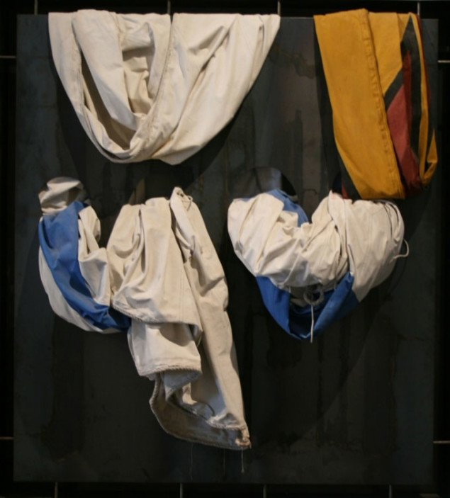 Jannis KounellisUden titel, 2002 (217 x 196 x 58 cm), tekstil og jernplade. Foto Bente Jensen