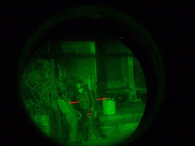 En soldat sigter mod sine egne. Pressefoto