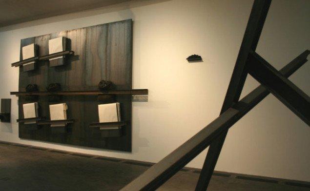Det er de store linier, der tegner Kounellis udstilling. Foto: Kristian Handberg.