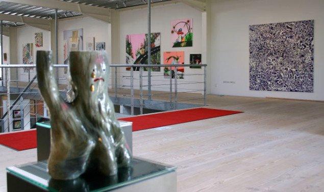Nick Clifford Contemporary: Real/Fiction. I forgrunden Fie Norskers keramikskulptur og i baggrunden Janni Mai Larsen og Anna Odell. Foto: Maja Egelund