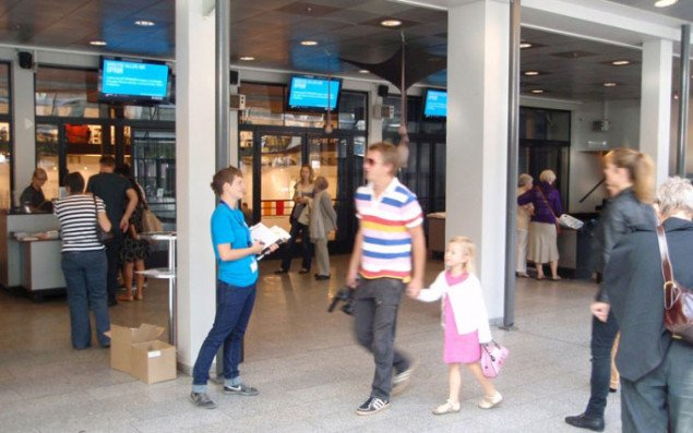 Solveig Lindeskov Andersen, som har lavet en stor del af artiklerne i messeavisen stod i Foyeren i Forum og uddelte avisen. Foto: Jan Falk Borup