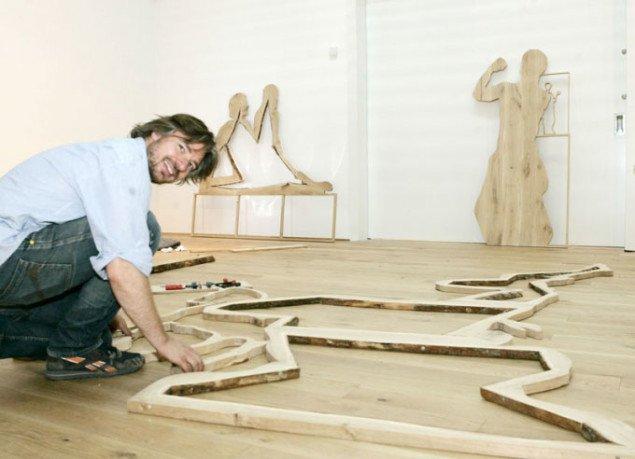 Søren Assenholt samler sit erindringsværk. Foto Ingrid Fotografi