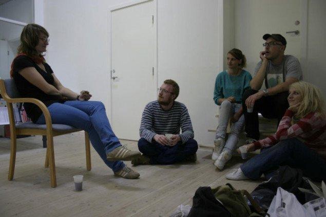 Kunstpakhuset: The wonderful. Kaffepause under udstillingens ophængning. Fra venstre: Berit Dröse, Jonas Palm, Maja Gade Christensen, Anders Reventlov Larsen og Torunn Kjørsvik Haugan. Foto: Bente Jensen