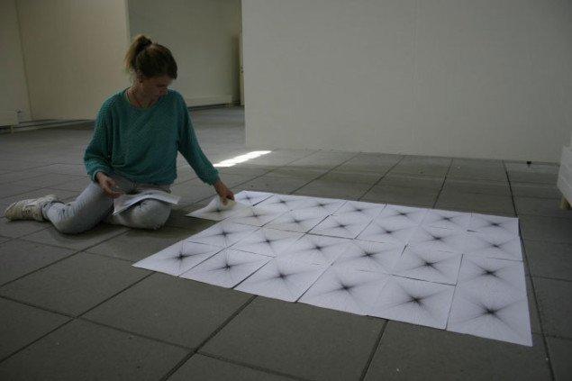 Kunstpakhuset: The wonderful. Maja Gade Christensen lægger værket Forsvindingspunkter (32 tegninger på A4 papir). Foto: Bente Jensen