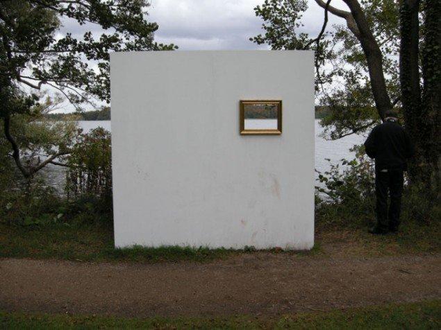 Ulrik Wecks vægge rammer søen ind i et velkendt kunstnerisk format. (Foto: Solveig Lindeskov Andersen