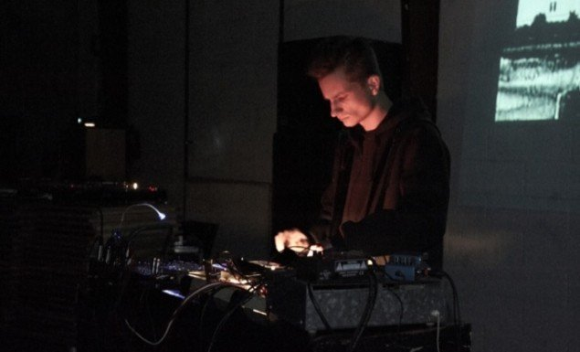 Kristoffer Ovesen foran sort/hvide, sønderbombede bygninger, Voodoo. Foto: Kirstine Mengel