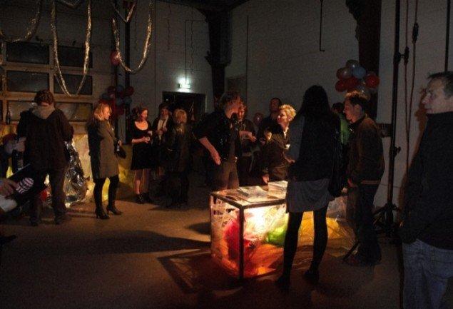 VITAVRAP L*I*V*E-udstillingen var også releaseparty for VITAVRAP-LIFESTYLE-kunstmagasinet, hvor Mette Moestrup, Lone Hørslev, de implicerede kunstnere og andre har bidraget. Foto: Kirstine Mengel