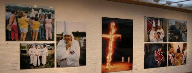Brændende kors og smilende klanmedlemmer fylder en væg på Louisiana. (Foto: Solveig Lindeskov Andersen)