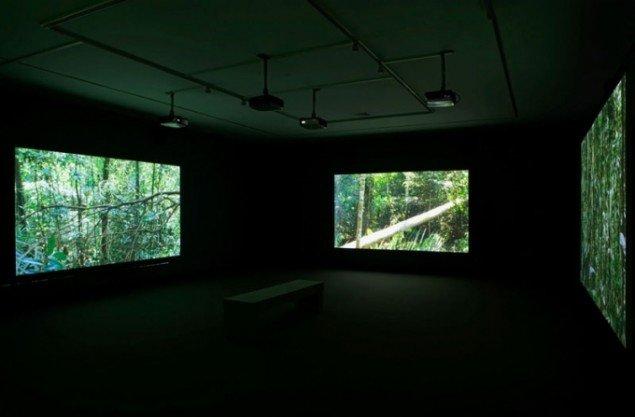 Julian Rosefeldts mennesketomme regnskovsdrama Requiem, 2007 (still)