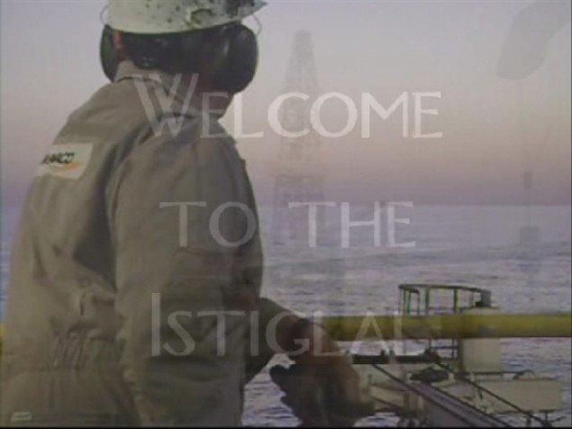 Still fra PAPA's video til D.T.A.P.. Youtube klip fra en boreplatform køres sammen med optagelser af Simon Kvamm i lignende scener. Men vedkommende bliver det aldrig