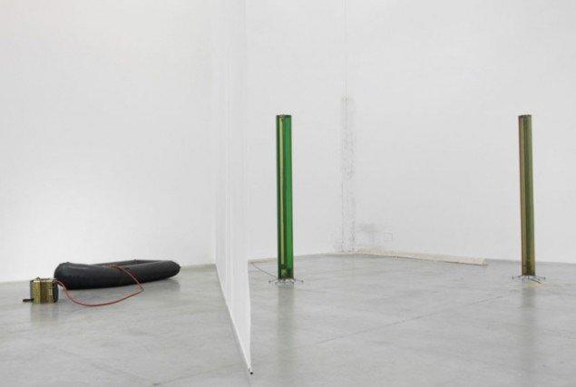 Isa Genzkens formelle skulpturer og Henrik Olesens Rechte Ecke i baggrunden. (Foto: Jens Ziehe/Temporäre Kunsthalle Berlin)