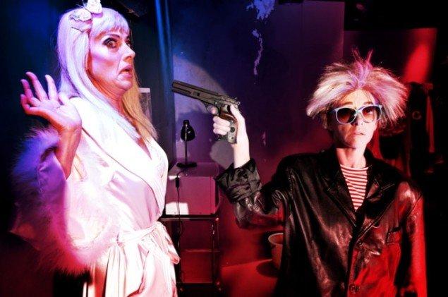 Kimmie konfronteret af Andy Warhol med pistol som virkningsfuld mikrofon. (Pressefoto: Palle Steen Christensen)