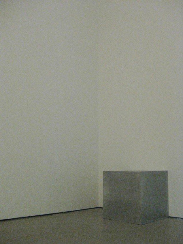 En larmende, rystende aluminiumskube, Jeppe Hein, Shaking Cube, 2004. Foto: Kasper Lie.
