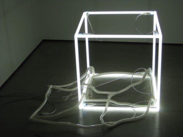 Opretstående neonkube, Jeppe Hein, No Presence Presence, 2005. Foto: Kasper Lie.