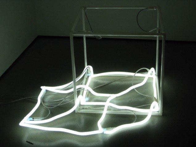 Sammensunket neonkube, Jeppe Hein, No Presence Presence, 2005. Foto: Kasper Lie.