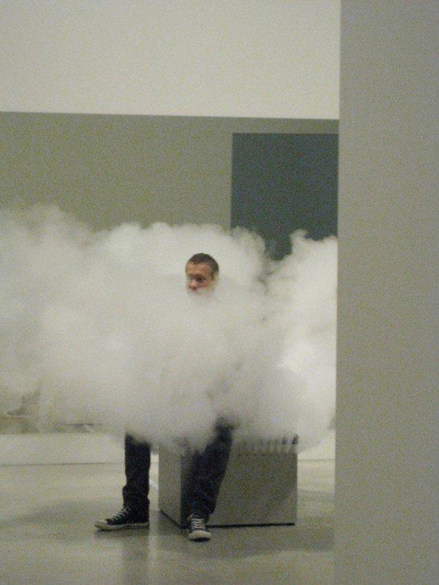 Kunstneren selv som latterens midtpunkt. Jeppe Hein, Smoking Bench, 2002. Foto: Kasper Lie.