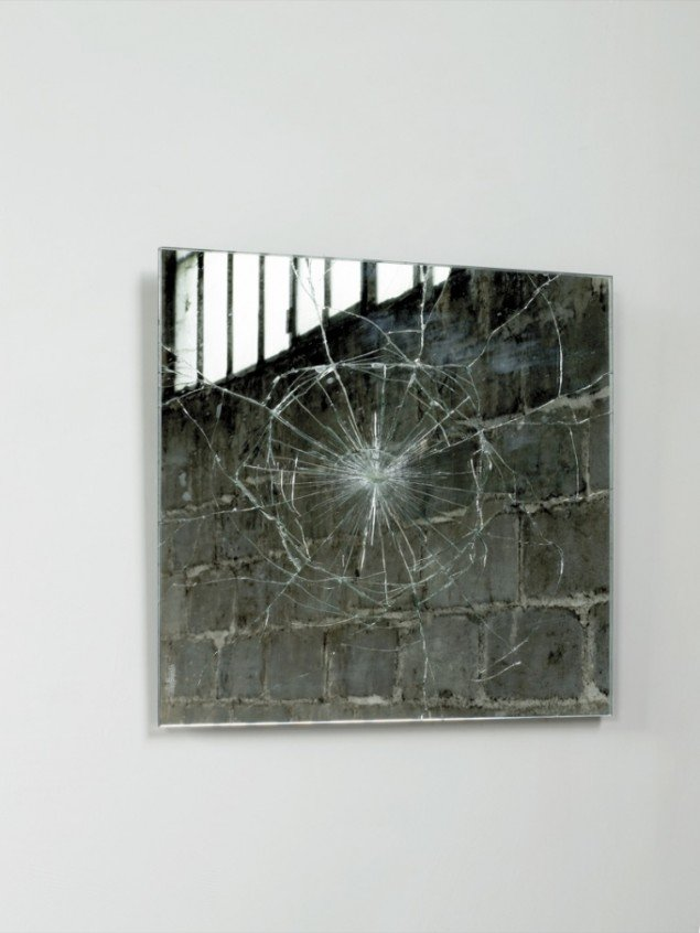 Emma Woffenden og Tord Boontje: Cracked Transglass Mirror, 1997. Foto: Angela Moore