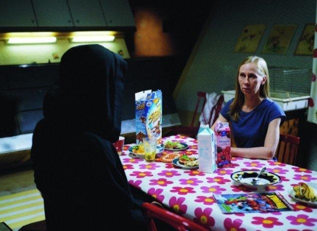 Poeten diskuterer med Døden om skyld og ansvar. © 2009 Kristallisilmä Oy
