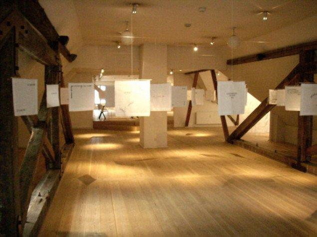Udstillingsvue fra Astrid Gjesings installation på Kvindemuseets loftsrum, Foto: Sanne Flyvbjerg
