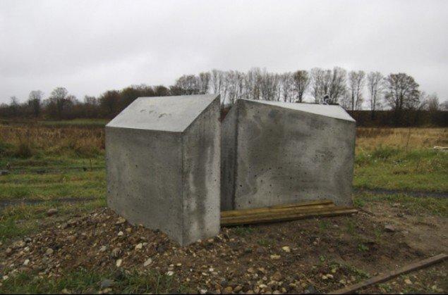 Kerstin Bergendal bidrager med en række betonklodser, udformet som en art typehus med fem kanter og skæve vinkler. De kan således kombineres på utallige måder og give et varieret udtryk på trods af deres typemæssighed. Foto: Marianne Jørgensen.