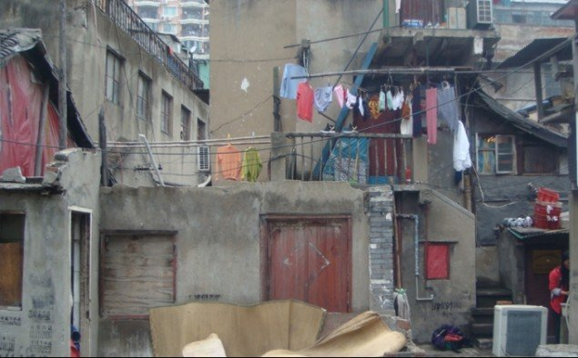 Der er store kontraster i Shanghais forskellige kvarterer. Still fra filmen Shanghai Space