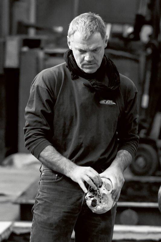 Christian Lemmerz under arbejdet med bronzeværkerne til den aktuelle udstilling Largo på Statens Museum for Kunst. (Foto: Linn Sandholm)