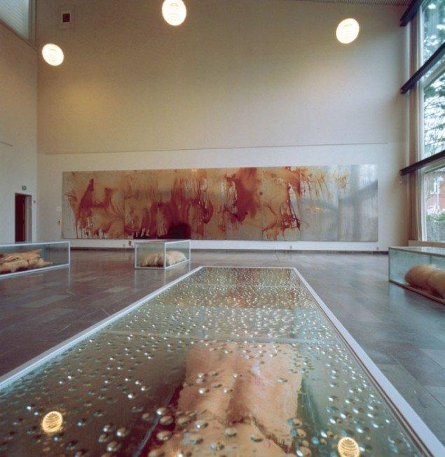 Udstillingsview fra Scene, 1994, hvor manipulerede og rådnende svinekroppe og blod udgjorde materialerne. (Foto: Esbjerg Kommunes fotografordning).