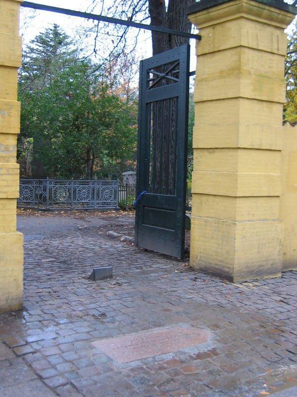 På fransk ved Assistens Kirkegård, der med sin mangfoldighed af afdøde gennem tiden (250 år i 2010) er valgt som udgangspunkt for værket. (Foto: Mathias Kokholm)