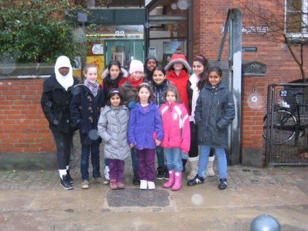 På urdu ved Rådmandsgades Skole, i fortovet ved hovedindgang på Rådmandsgade. Skolen vil skabe udsyn og indsigt. Integration er ikke et særskilt område, men en naturlig del af at gå i skole. (foto: Astrid Gjesing)