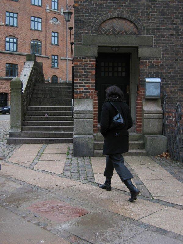 På arabisk ved Brorsons Kirke, i fortovet på Rantzausgade. Et kirkeligt og musikalsk samlingssted for børn og unge. Kirken husede i 2009 afviste asylansøgere, der blev fjernet af politiet. (Foto: Astrid Gjesing)
